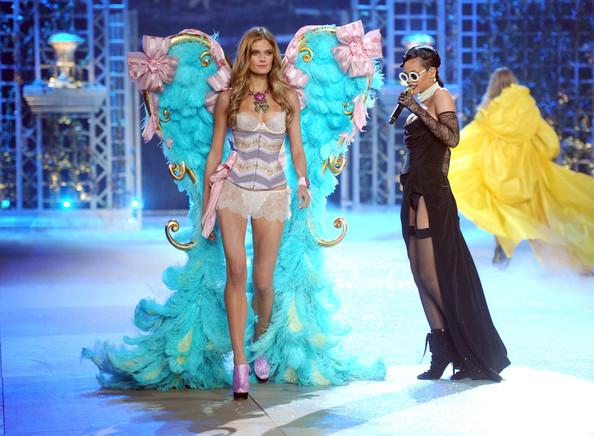 VS-2012-Fashion-Show-Rihanna1