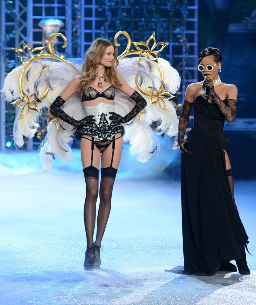 VS-2012-Fashion-Show-Rihanna3