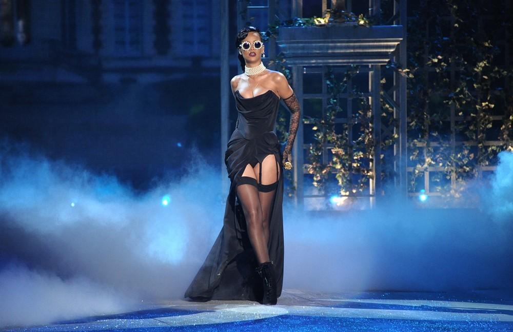 VS-2012-Fashion-Show-Rihanna4