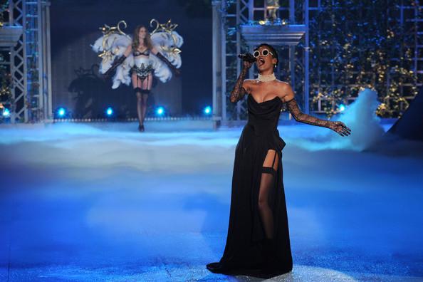 VS-2012-Fashion-Show-Rihanna6