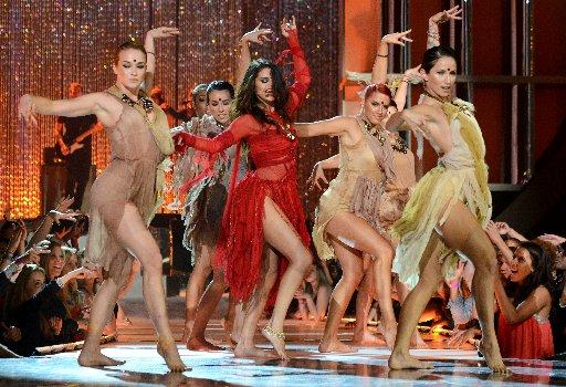 Selena-Gomez-Wears-a-Bindi2
